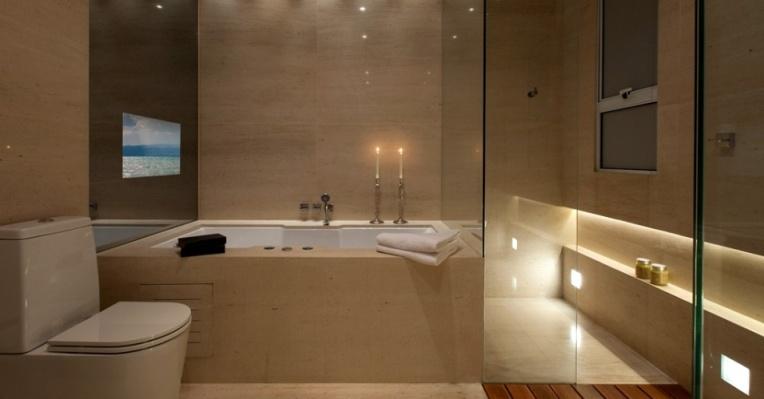 com-10-m-este-banheiro-com-design-do-arquiteto-ricardo-rossi-serve-a-suite-de-um-casal-um-dos-pontos-altos-do-projeto-e-a-iluminacao-intimista-da-wall-lamps-que-propicia-o-clima-1425930505597_956x500