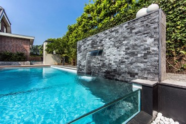 piscina-com-borda-de-vidro-projetada-por-centric-design-group