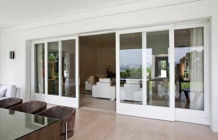 porta-de-correr-em-vidro-e-esquadria-de-madeira-branca-mado-janelas-portas-50981_50981