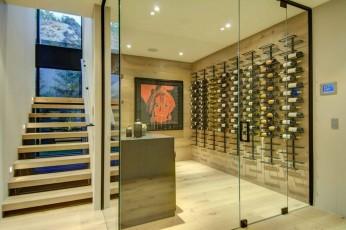 decoraçao-adega-com-fechamento-de-vidro-casa-em-los-angeles-por-la-kaza-e-meridith-baer-1024x681
