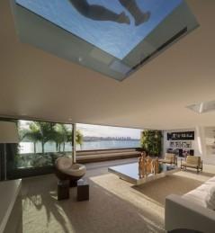 piscina-com-fundo-de-vidro-sobre-a-sala-cobertura-triplex-na-urca-rio-de-janeiro-e1418322789337