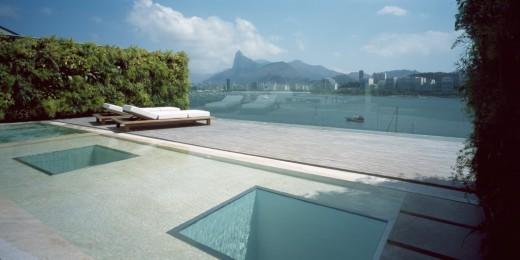 terraco-com-piscina-e-espelho-d-agua-cobertura-triplex-vista-baia-de-guanabara-e-pao-de-acucar-1024x512